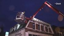 Stormschade aan dak van voormalig winkelpand in Oldenzaal