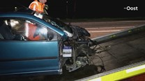 Invalidenwagen botst tegen lantaarnpaal