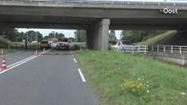 Auto knalt van A32 bij Steenwijk af en crasht tegen brugrailing