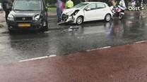 Twee auto's botsen op elkaar in Almelo, één iemand naar ziekenhuis