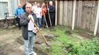 Stichting 100% Tukker helpt ouderen uit Enschede in de tuin