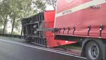 Op de N33 tussen Hasselt en Zwartsluis kwam de aanhanger op de zijkant terecht