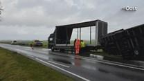 Een vrachtwagen belandde in de berm op de Nieuwe Weg in Genemuiden