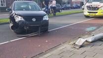 Auto op zijn kant in Enschede