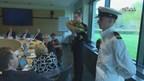 De Jongerenraad gaf vanmorgen bloemen aan Commissaris van de Koning Ank Bijleveld