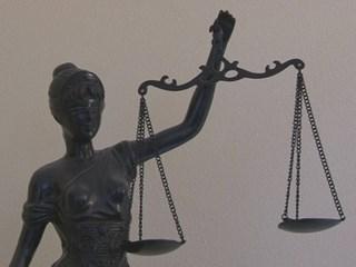 'Rechtszaak schooldirecteur aangehouden'