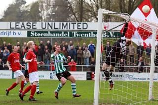 Herman van Dijk ziet de bal overgetikt worden door