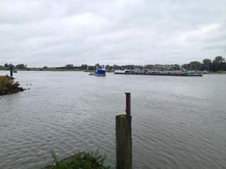 Ponton in IJssel waarvan wordt gedoken