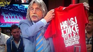 Johan Derksen laat shirt zien op tv