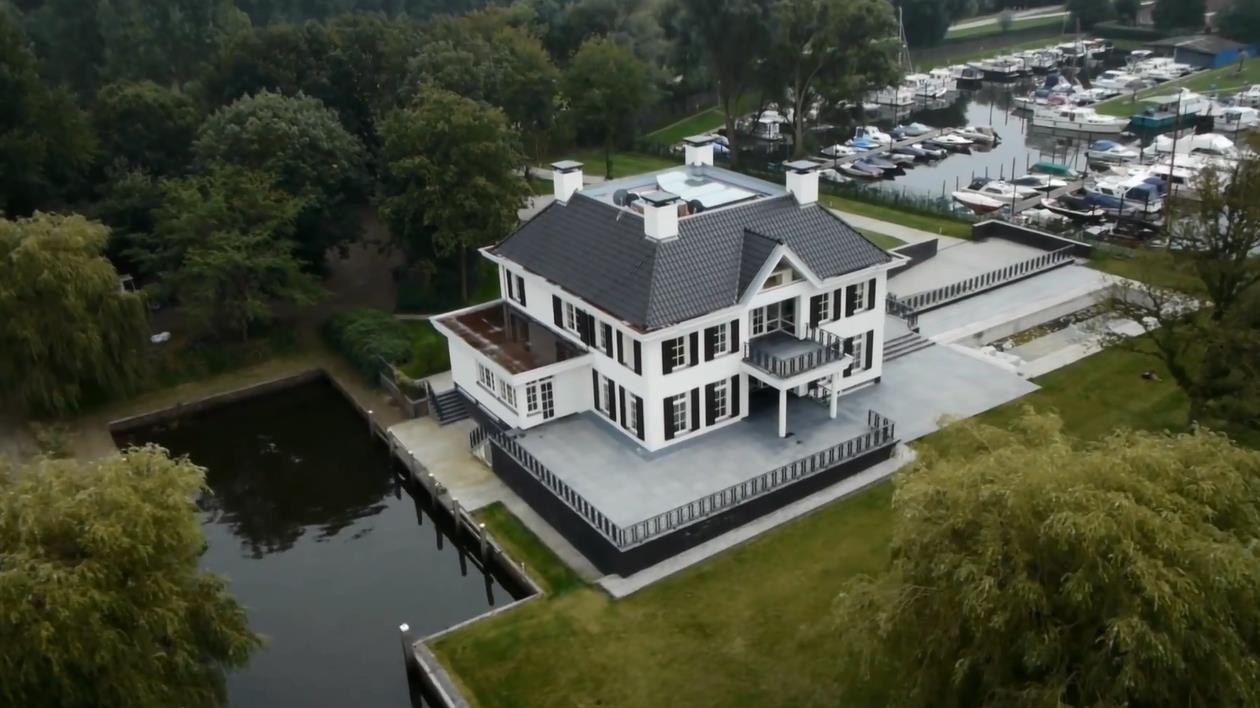 Nieuw landhuis van jan groeneweg aan zwarte water zwolle for Landhuis te koop