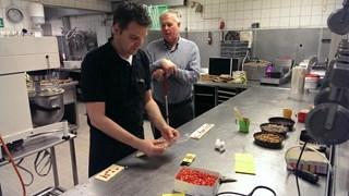 Banketbakker maakt 'chocoladeletters' in braille