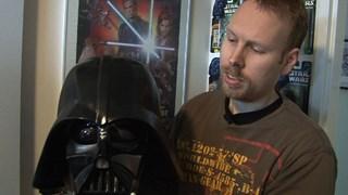 StarWars-verzamelaar Patrick Keuris met de helm van Darth Vader