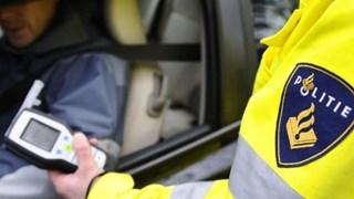 Vrachtwagenchauffeur en automobilist onder invloed achter het stuur