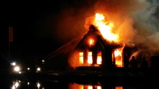 Brand legt rietgedekte woonboerderij in de as