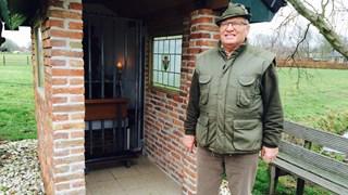 Henk van Dam bij zijn kapel