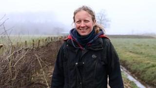 Kristianne van der Put is een heg aan het vlechten bij Raalte