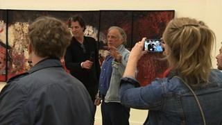 Cremer staat de pers te woord over tentoonstelling