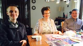 Niels, José en Hans Koning uit Deventer aan de ontbijttafel. Lars ontbreekt op de foto.
