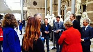 De petitie 'Stop pesten op de werkvloer' wordt in ontvangst genomen
