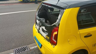 Bestelbus ramt taxi in Enschede