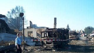 De rampplek SE Fireworks met zwaar beschadigde brandweerwagen