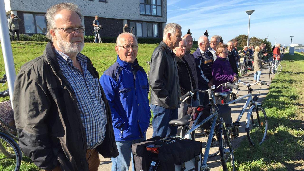 Punter die naast IJsselkogge lag onder grote belangstelling uit de IJssel getakeld
