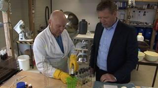 Makelaar Weide en bedenker Hut in het geurenlaboratorium