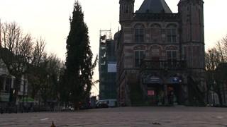 De kerstboom links naast De Waag op de Deventer Brink