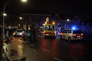 Auto schept fietsster op rotonde in Deventer