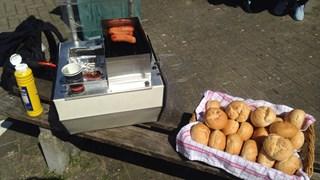 De broodjes braadworst verkopen goed