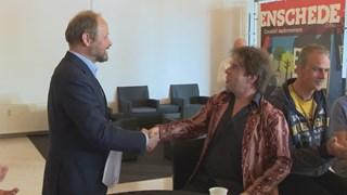 Marcel Medendorp krijgt van wethouder Welman z'n certificaat