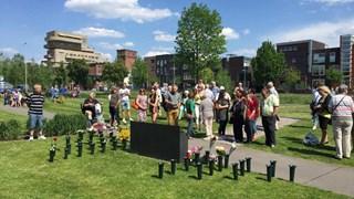 Sobere herdenking bij het monument bij de slachtoffers van de vuurwerkramp
