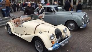 Klassieke auto's trekken veel bekijks in Deventer