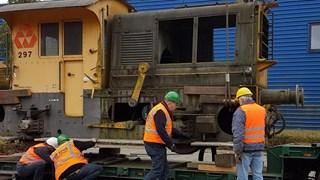 De locomotief wordt gehesen