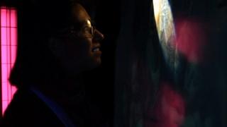 Restaurator Laura Ledwina onderzoekt de werken eerst bij UV-licht