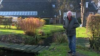 De Wellebeek stroomt door de tuin van Han Iemhoff