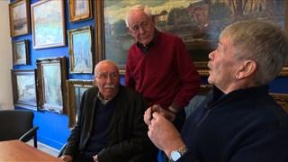 At van Schooten, Hillebrand Jaspers en Gé Hondebrink wisselen herinneringen uit.
