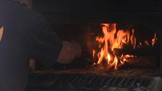 Het brood wordt gebakken in een op vuur gestookte oven