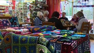 De dames hebben al 16 dekens in anderhalf jaar gehaakt.