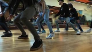 Dansgroep Chiel oefent choreografie uitvaart