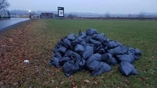 Tientallen afvalzakken in buitengebied Enschede