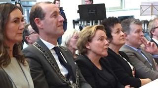 Commissaris van de Koning Ank Bijleveld en burgemeester Schelberg van Hengelo waren aanwezig