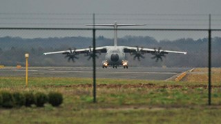 De airbus landt op het vliegveld