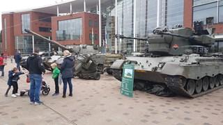 Opstelling van oude legervoertuigen in Goor