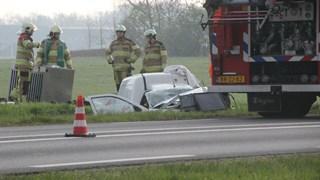 Brandweer haalt slachtoffer uit autowrak