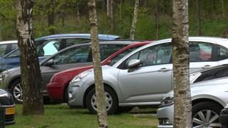 Parkeerplaats van camping Beerze Bulten lekker vol