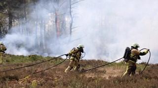 Brandweer in actie bji natuurbrand Denekamp