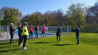 Mathijn legt uit hoe het werkt met een triathlon
