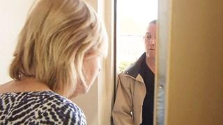 Vrouw in IJsselmuiden bijna bestolen door vreemde die om glaasje water vroeg