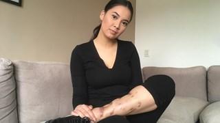 Joëlle Petersen met haar verwonde been